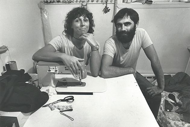Monic Brassard et Yvon Cozic dans leur atelier à Longueuil vers 1978. Photo : Charlotte Rosshandler